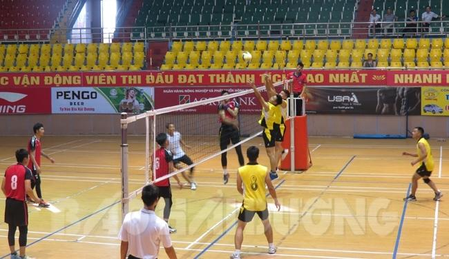 Đội Kim Thành (áo đỏ) đã thắng đội Kinh Môn với tỷ số 2-0, giành vị trí nhất bảng C