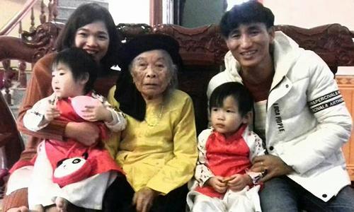 Vợ chồng anh Quảng với hai con sinh đôi chụp ảnh với kỵ ngoại 102 tuổi ngày đầu xuân 2018. Ảnh: NVCC.