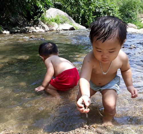 Cặp sinh đôi Mai Chi và Lan Chi có tuổi thơ nhiều trải nghiệm nơi vùng cao Tây Bắc. Ảnh: NVCC.