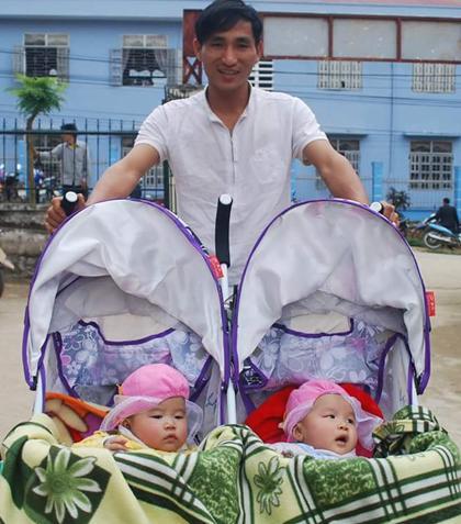 Hai con gái hồng hào, xinh đẹp được bố đặt tên theo loài hoa yêu thích là Mai Chi và Lan Chi. Giờ đây, các con đã được gần 3 tuổi và đã đi nhà trẻ. Vợ chồng anh Quảng cũng vừa làm nhà ở trung tâm xã, chứ không còn trong căn tập thể chật hẹp nữa. Ảnh: NVCC.