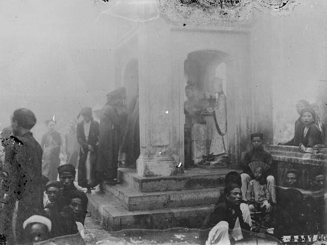 Người hành hương làm lễ trước bàn thờ các thần sao Nam Tào và Bắc Đẩu trong đền Kiếp Bạc, thập niên 1920. Ảnh tư liệu.