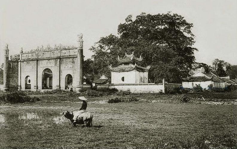 Toàn cảnh đền Kiếp Bạc nhìn từ đồng ruộng bên ngoài đền, năm 1910. Ảnh tư liệu.