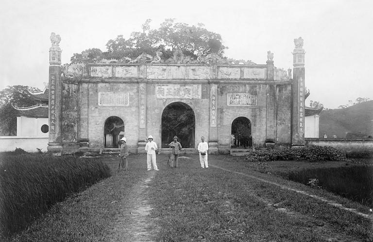 Những người Pháp đứng trước cổng đền, năm 1904. Ảnh tư liệu.