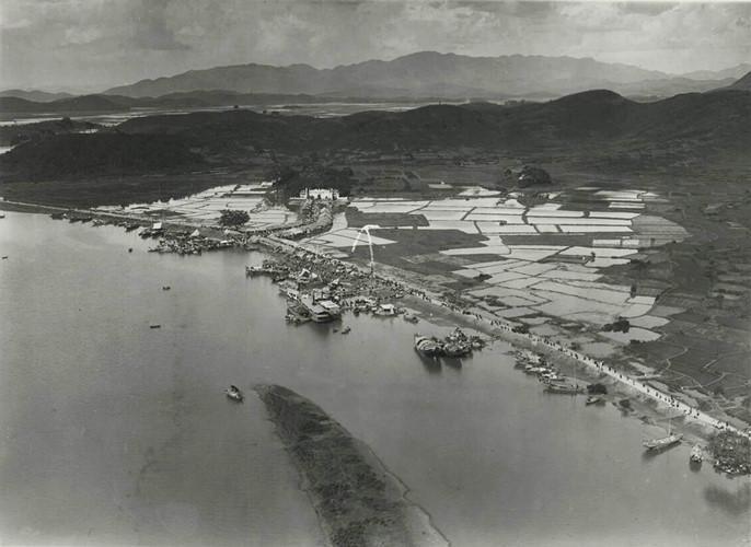 Sông Thái Bình đoạn chảy qua đền Kiếp Bạc, phía dưới là cồn Kiếm, thập niên 1920. Ảnh tư liệu.