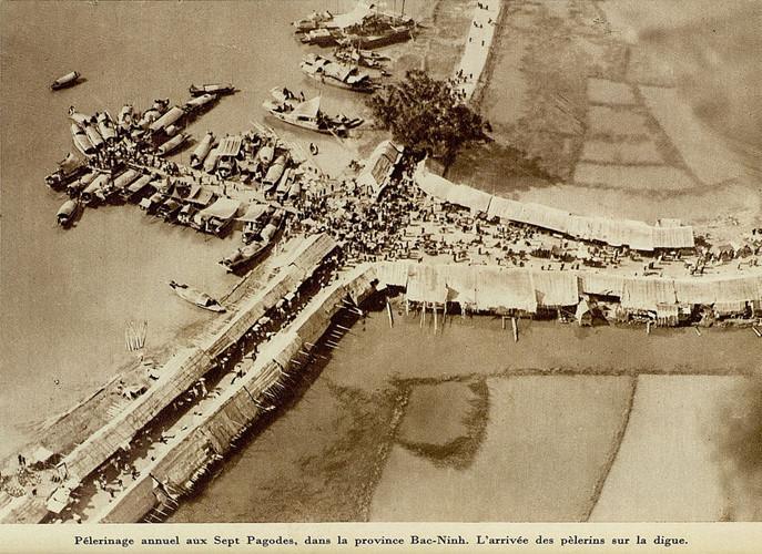 Bến thuyền và lối vào đông nghịt người trong dịp lễ hội đền Kiếp Bạc. Ảnh tư liệu.