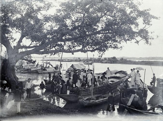 Khung cảnh tại bến thuyền của đền Kiếp Bạc mùa lễ hội, thập niên 1920. Ảnh tư liệu.