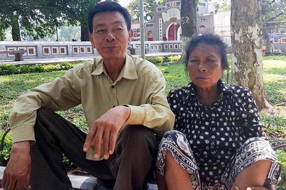 Cặp đôi đã có 18 năm gắn bó, cùng mưu sinh ở Hồ Gươm.