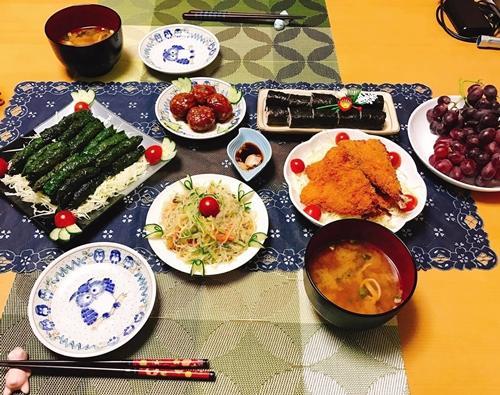 Ông xã người Nhật của chị Phương Thúy, 24 tuổi, tăng khoảng 10 kg từ khi kết hôn. Anh là người kỹ tính, kén ăn nhưng mê các món vợ nấu. Chị Thúy làm dâu xứ mặt trời mọc gần một năm mới biết nấu món Nhật. Nhưng không lâu sau đó, chị đã có thể biến tấu các món ăn theo phong cách ẩm thực Việt để hợp khẩu vị cả nhà.