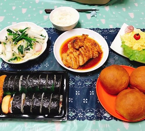 Nàng dâu Việt bắt đầu học nấu nướng một cách nghiêm túc bằng việc tập thái, tỉa rau củ, sau đó dành thời gian nghiên cứu kỹ về nước tương shoyu (gia vị phổ biến của Nhật). Chị mua 5-7 loại tương khác nhau về nêm rồi kết hợp với các món ăn để rút ra công thức riêng.