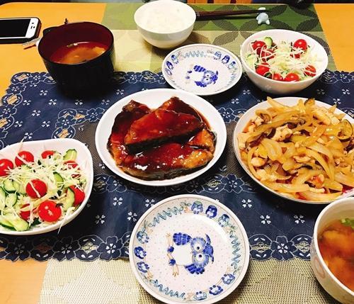 Chồng chị Thúy không biết nấu ăn nhưng thích học hỏi từ mẹ, chị để dạy vợ. Khoảng thời gian bà xã tập nấu nướng, khả năng đứng bếp của anh cũng cải thiện đáng kể. Cặp chồng Nhật, vợ Việt hay tìm đến những quán ăn ngon để thưởng thức và mày mò cách làm theo.