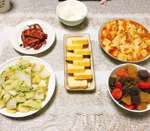 Chị Phương Thúy thấy hạnh phúc mỗi ngày vì được chăm sóc chồng bằng những bữa ăn ngon, đủ chất. Nỗi nhớ quê hương trong chị được làm vơi bởi mâm cơm lúc nào cũng có món ăn Việt.
