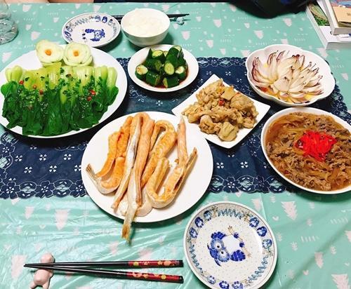 Mâm cơm nhà chị Thúy lúc nào cũng có 3-4 món Nhật, 1-2 món Việt hoặc các món ăn Nhật nấu theo kiểu Việt. Chị thường nêm nước mắm vào các món xào, kho hay sử dụng một số loại gia vị quê nhà khi chế biến món ăn truyền thống của Nhật.