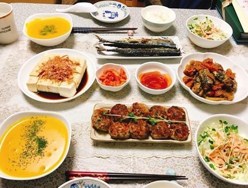 Thỉnh thoảng, Phương Thúy chia thực phẩm thành hai phần, chế biến theo hai công thức khác nhau. Đĩa thịt viên trên mâm cơm nhà chị một nửa sốt cà chua, nửa còn lại sốt teriyaki cho vừa miệng ông xã.