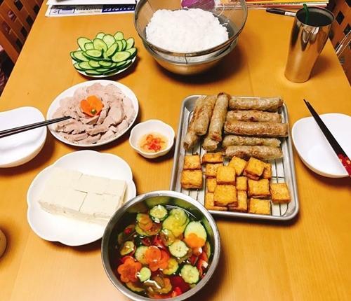 Hôm nào làm bún đậu, bún chả, chị thêm đĩa nui xào kiểu Nhật; nếu món chính trong bữa cơm là cá nướng, chị Thúy xào đĩa rau Việt để cả nhà ăn kèm.