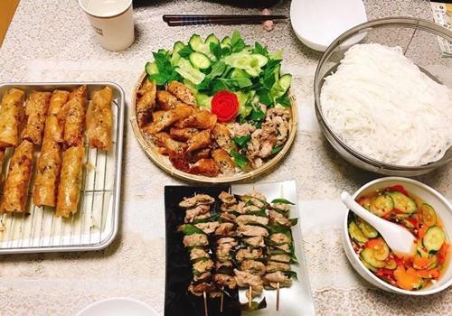 Vợ chồng chị Phương Thúy tốn khoảng 5 Man (khoảng 10 triệu đồng) chi phí ăn uống mỗi tháng. Theo chị, đây là mức phí cao so với mặt bằng chung ở Nhật vì bữa nào cũng nhiều món và có hoa quả tráng miệng.