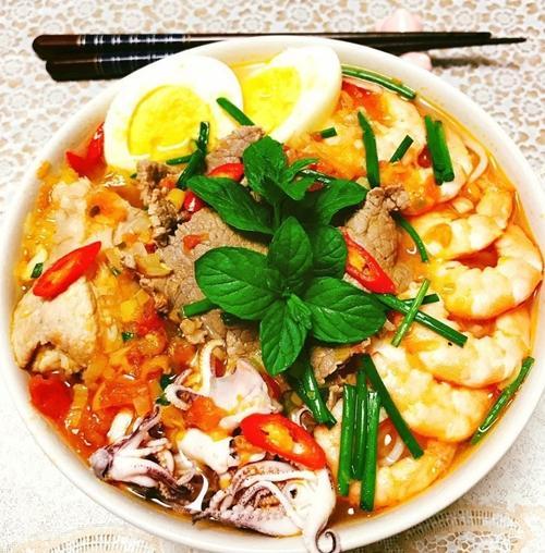 Trước khi kết hôn, chị Thúy không biết nấu ăn. Kỷ niệm đáng nhớ nhất của nàng dâu Việt tại Nhật là cắt vào tay tới lần thứ 6 mới biết cách thái rau, củ.