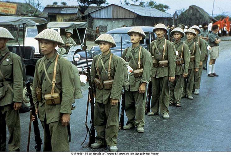 """Những người lính """"Bộ đội cụ Hồ"""" tiến vào tiếp quản Hải Phòng từ tay quân đội Pháp vào ngày 13/5/1955. Kể từ đó, ngày này cũng được lấy làm ngày giải phóng thành phố. Nguồn ảnh: Flickr."""