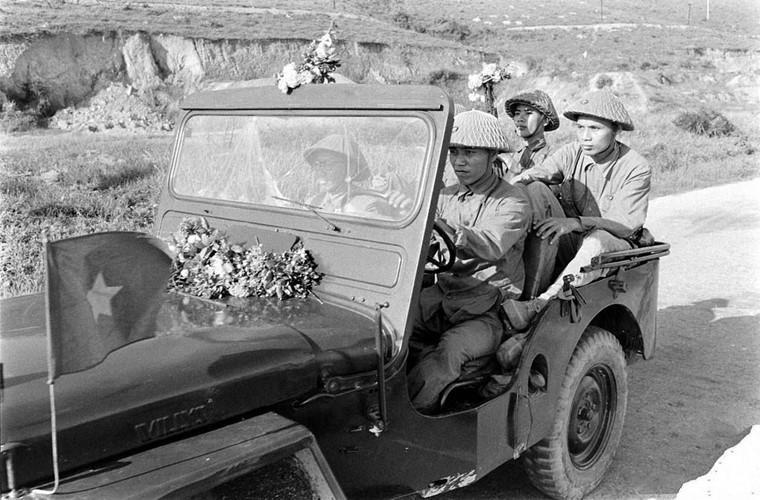 Đại diện của Quân đội Nhân dân Việt Nam tiếp quản sân bay Kiến An, Hải Phòng. Vào thời Pháp, thành phố Hải Phòng là một đơn vị hành chính riêng biệt bao gồm nội thành và một phần ngoại ô còn Kiến An là một tỉnh lớn độc lập. Tới những năm 60 Kiến An mới được sáp nhập với Hải Phòng. Nguồn ảnh: Flickr.