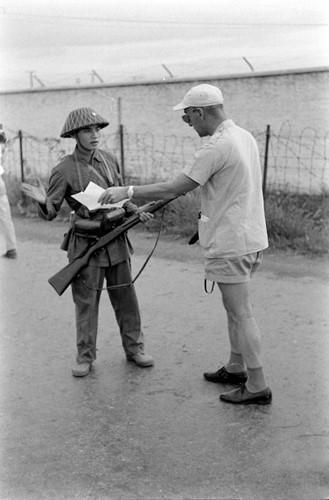 Chiến sĩ giải phóng kiểm tra giấy tờ của một nhà báo nước ngoài. Tất cả các nhà báo nước ngoài được phép tác nghiệp tự do để ghi lại thời khắc quan trọng chuyển giao quyền lực ở thành phố cảng lớn nhất miền Bắc Việt Nam này. Nguồn ảnh: Flickr.