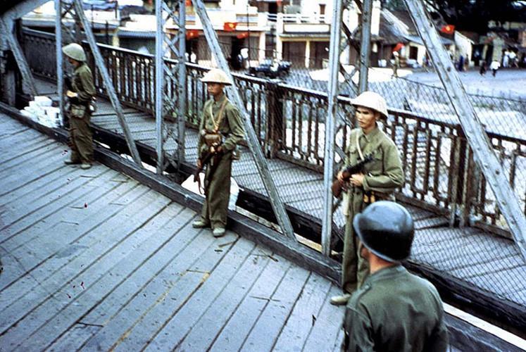 Thời gian ngắn trước khi cuộc chuyển giao diễn ra, thành phố Hải Phòng bị Pháp và chính quyền tay sai khủng bố bằng lệnh giới nghiêm cùng các hành động thù địch. Nguồn ảnh: Flickr.