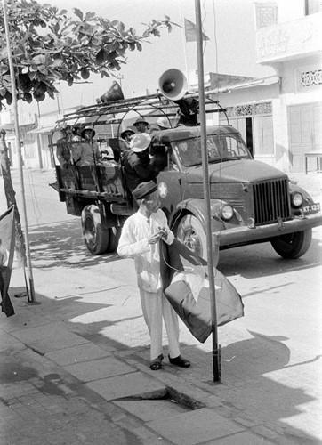 Do làm tốt công tác dân vận và tuyên truyền trước, người dân nội thành thông suốt chính sách của chính quyền cách mạng, hân hoan chuẩn bị đón bộ đội tiếp quản thành phố ngày 13/5 trong cờ hoa náo nức. Nguồn ảnh: Flickr.