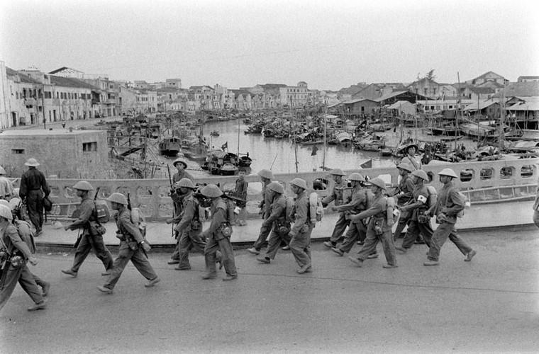 Các đơn vị vũ trang của ta qua cầu Hạ Lý, tiến vào trung tâm thành phố, phía xa là bến tàu Tam Bạc trên sông Tam Bạc. Tại mỗi chốt quan trọng như ngã tư đường hay các đầu cầu, quân giải phóng đều cắt cử người canh gác. Nguồn ảnh: Flickr.