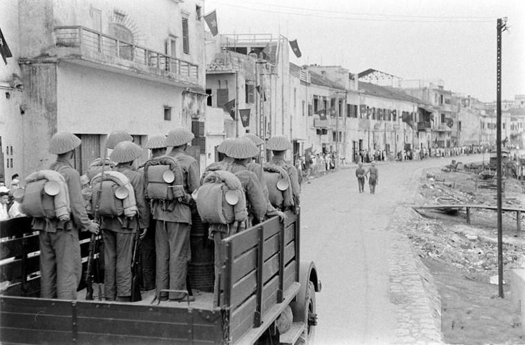 Một số đơn vị với xe cơ giới tiến vào bến Tam Bạc, tiến dọc bờ sông Tam Bạc đi vào Chợ Sắt. Nguồn ảnh: Flickr.