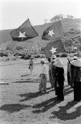Ngay từ trước khi cuộc tiếp quản diễn ra, người dân Hải Phòng đã bí mật may cờ để chào đón đoàn quân giải phóng. Nguồn ảnh: Flickr.