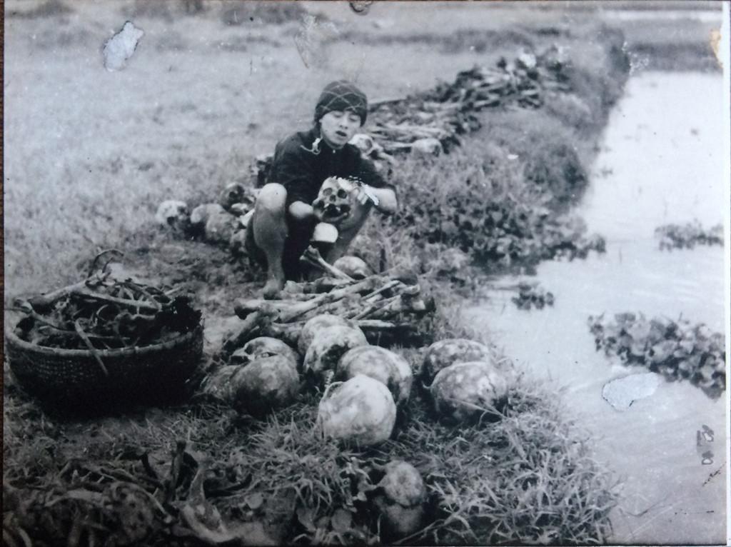 Những người làm công tác từ thiện đi rửa xương nạn nhân chết đói đưa về nghĩa trang chung. Ảnh: Võ An Ninh