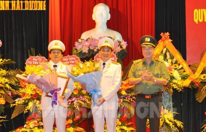 Thượng tướng Nguyễn Văn Thành, Ủy viên Trung ương Đảng, Thứ trưởng Công an trao Quyết định của Bộ trưởng Công an cho Đại tá Phạm Trường Giang và Thượng tá Trần Đình Đức