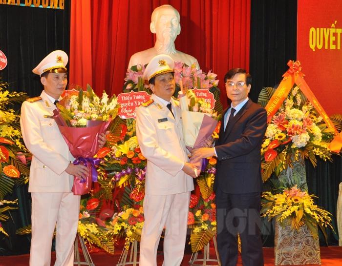 Đồng chí Phó Bí thư Thường trực Tỉnh ủy Vũ Văn Sơn tặng hoa chúc mừng Đại tá Phạm Trường Giang và Thượng tá Trần Đình Đức