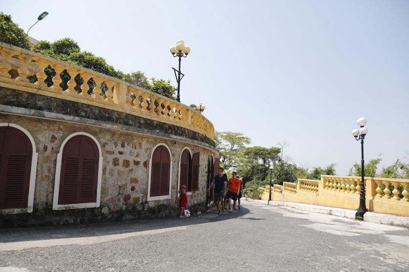 Khách du lịch đến tham quan Dinh vua Bảo Đại.