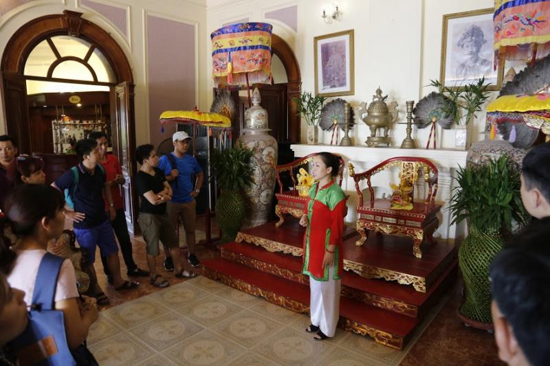 Hướng dẫn viên giới thiệu lịch sử, hiện vật cho du khách.