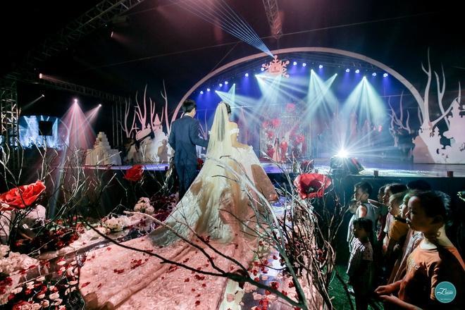 Đám cưới đẹp như cổ tích ở Đông Anh cũng thu hút sự quan tâm của nhiều người