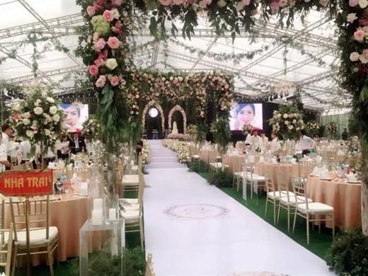 Đám cưới với số lượng hoa tươi