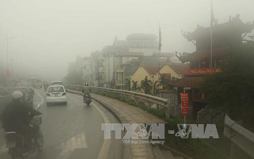 Sương mù dày đặc tại Hà Nội, gây ảnh hưởng tới tầm nhìn của người tham gia giao thông. Ảnh: Minh Quyết/TTXVN