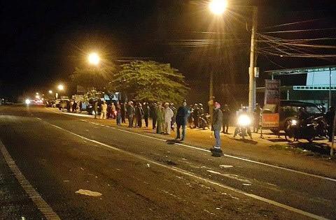 Lực lượng chức năng và người dân sơ tán ra đường khi xảy ra vụ nổ. Ảnh: CTV.