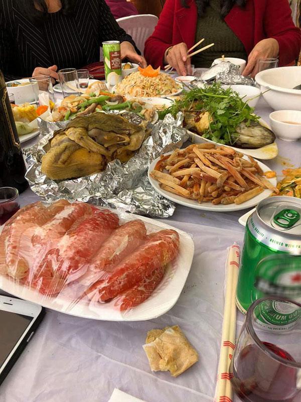 Nhiều người lại cho rằng, ở vùng biển Quảng Ninh thì hải sản vô cùng rẻ, với những người có điều kiện thì bữa tiệc kiểu như thế này cũng không có gì quá bất ngờ.