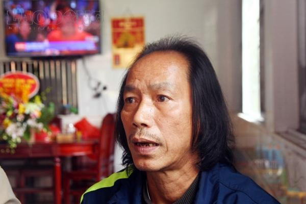 Bố Vũ Văn Thanh chia sẻ niềm vui khi con thực hiện thành công cú sút cuối. Ảnh: Cường Ngô