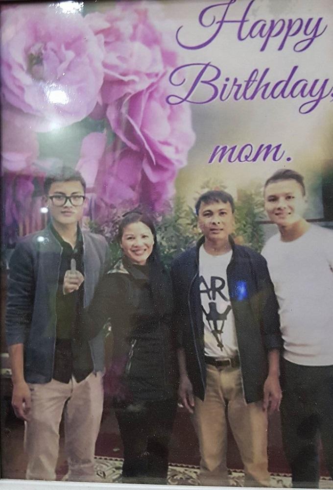 Gia đình tiền vệ sinh năm 1997 chụp ảnh kỷ niệm nhân sinh nhật mẹ anh.Ảnh: Gia đình cung cấp