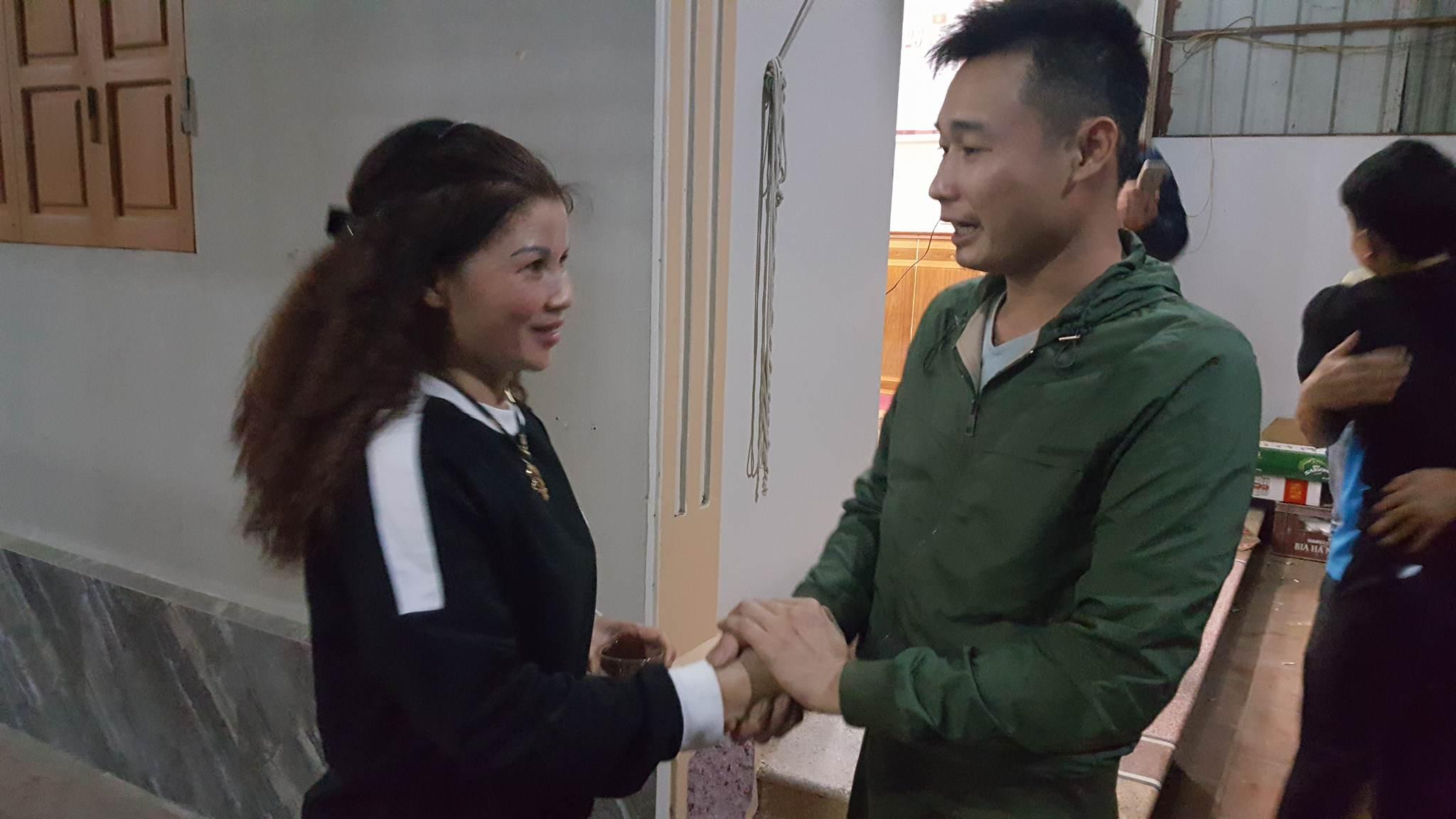 Bà Cúc - mẹ Quang Hải, đang nhận lời chúc mừng từ bạn bè. Ảnh: Diệu Bình