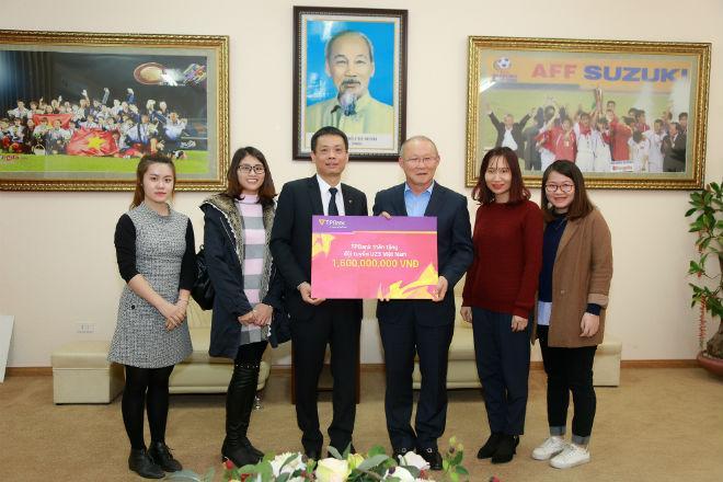 """Thầy trò HLV Park Hang Seo nhận được sự động viên của """"Mạnh Thường Quân"""" trao thưởng cho đội tuyển sau giải U23 châu Á."""