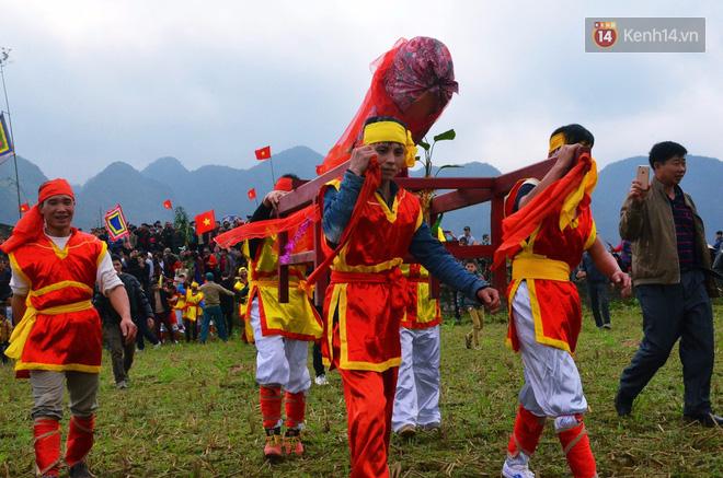 Ngày 14 tháng Giêng ban tổ chức đã sắp xếp nhiều trò chơi dân gian cho người dân vui chơi. Đến ngày 15 lễ rước Tàng Thinh, nghi lễ chính mới diễn ra. Năm nay lễ rước Tàng Thinh diễn ra đúng vào lúc 8h30 sáng.
