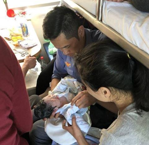Em bé được chào đời trên chuyến tàu SE3 vào chiều 4/3