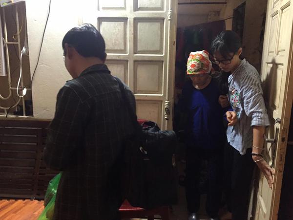 Chị Dương mời cụ bà và bệnh nhân nam 42 tuổi vào trong nhà. Chị ra tận cửa dìu bà lão và hỏi han sức khỏe.