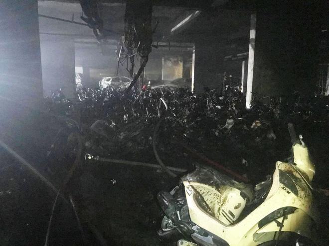 Hầm gửi xe nơi đám cháy bùng phát, toàn bộ các phương tiện đã bị thiêu rụi - Ảnh: FB