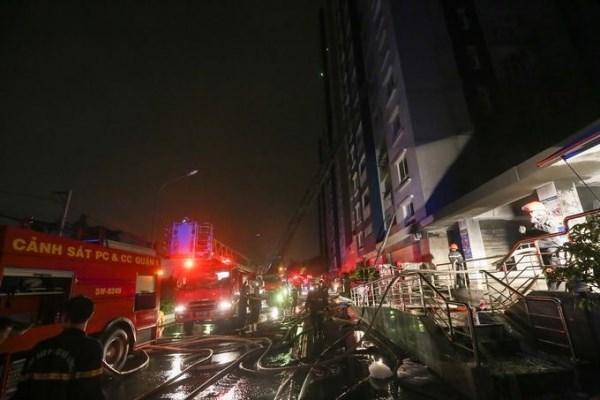 Lực lượng PCCC khẩn trương chữa cháy giải cứu những nạn nhận còn mắc kẹt. Ảnh PCCC