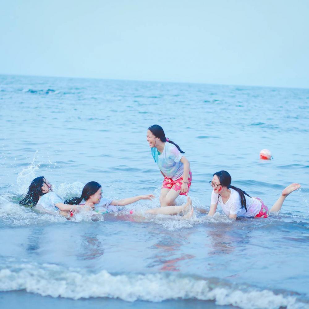 Vẫy vùng cùng làn nước mát rượi ở bãi biển Đồ Sơn. (Ảnh: @tranqanh.2309)