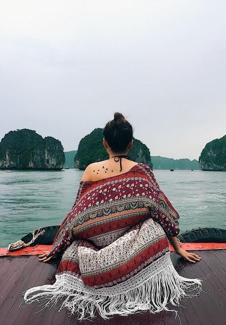 Du khách đi thuyền khám phá vịnh Lan Hạ. (Ảnh: Instagram)