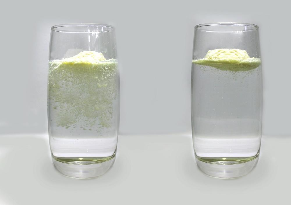 ữa bột thật khi mới thả sữa vào nước nóng, sữa bột thật sẽ nổi lơ lửng và kết hạt ngậm nước, phải khuấy lên mới tan ra. Sau khi khuấy sữa tan hết, để lắng 5 phút không thấy bị lắng cặn.
